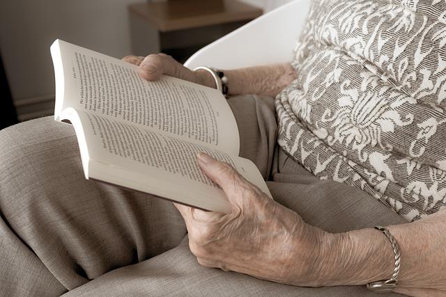 seniorka si čte