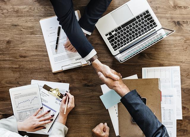 ruce podnikatelů